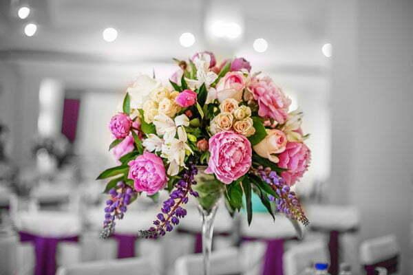 שבע טיפים לעיצוב פרחים לחתונה שיפתיע את המוזמנים, עלי דפנה